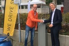 Fotograaf: Utrecht Sustainability Institute v.l.n.r. Michiel Scherrenburg, projectmanager Duurzaamheid, Universiteit Utrecht, en Robin Berg, directeur LomboXnet en We Drive Solar.