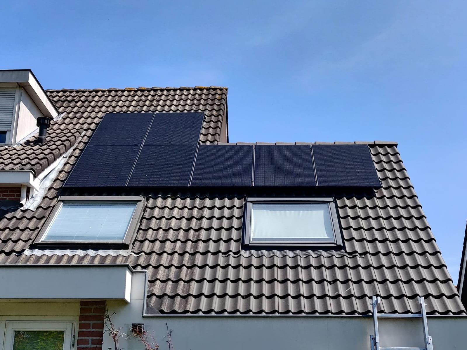 Zonnepanelen op een schuin dak